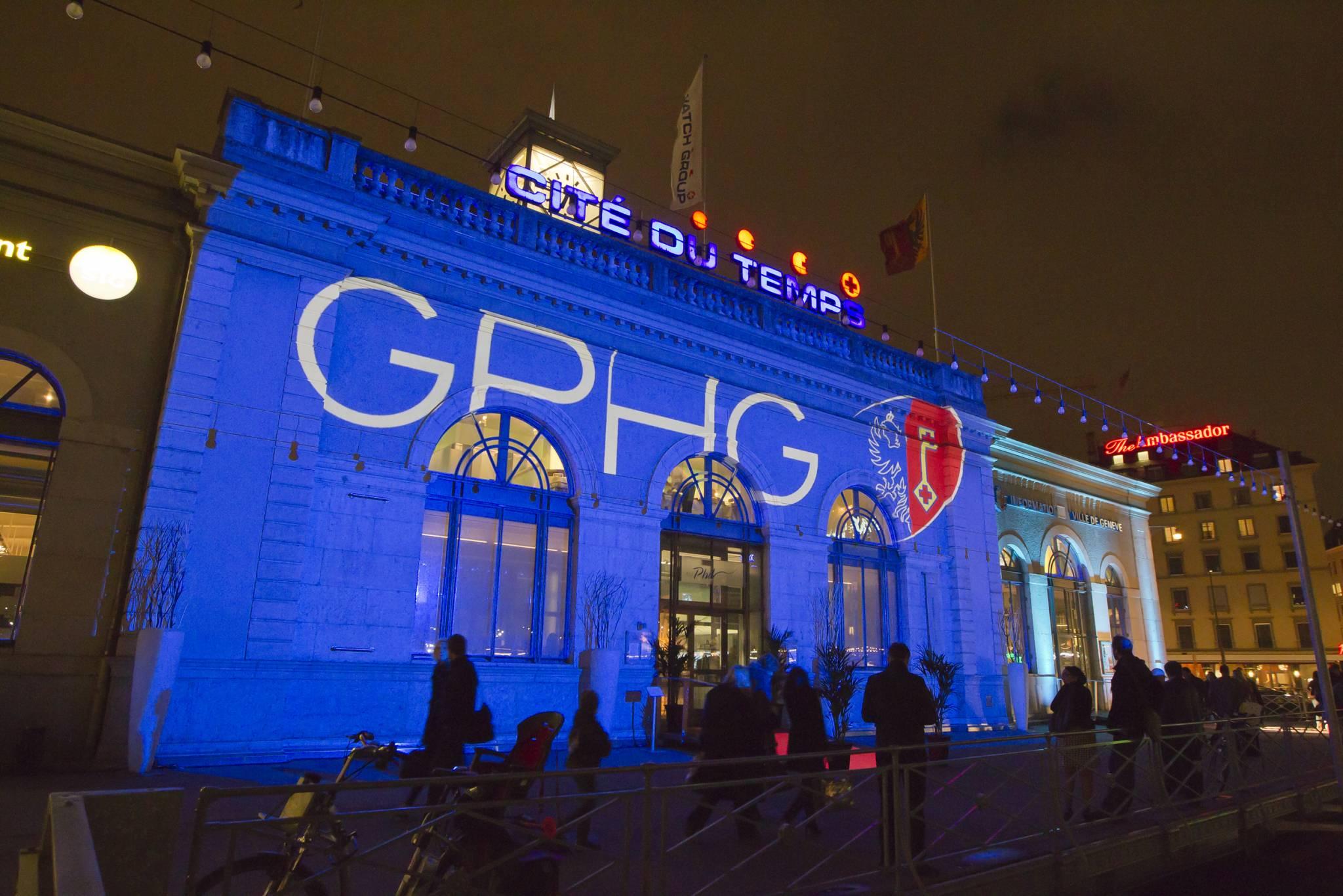 La Cité du Temps illuminée à l'occasion de l'exposition genevoise, 8 novembre 2011