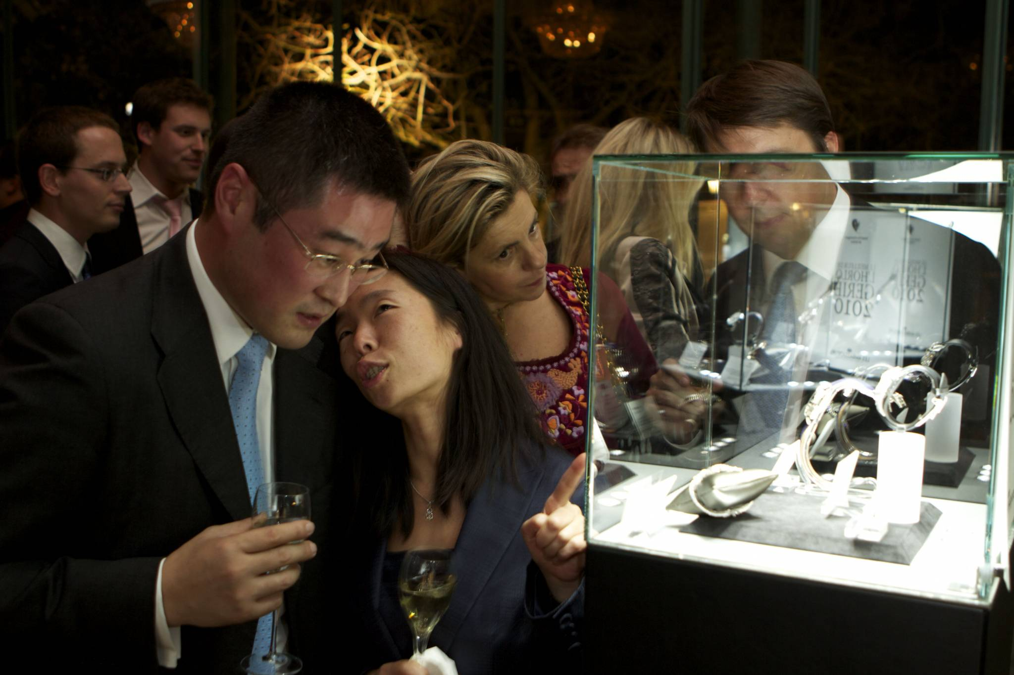 Ambiance d'après cérémonie, les invités admirent les montres lauréates et nominées 2010