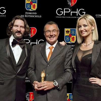 Jean-Christophe Babin, CEO de TAG Heuer, marque lauréate du Prix de l'Aiguille d'Or 2012, entouré de Frédéric Beigbeder et Adriana Karembeu